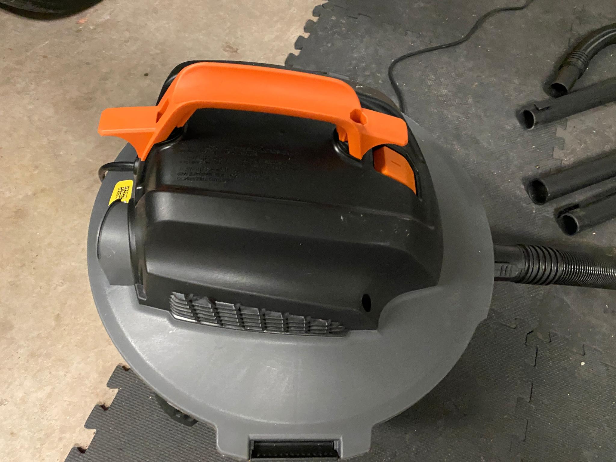 large ergonomic handle of RIDGID shop vac