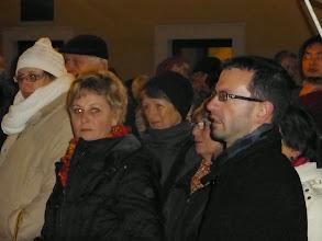 Photo: Hedi Grosschopf mit leuchtenden Augen und Pfarrer Markus Beranek.