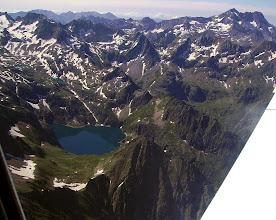 Photo: Lac de Caillauas devant, lac des Isclots au dessus et Gourgs blancs derriére. En haut à droite, massif du Posets 3369m en Espagne.