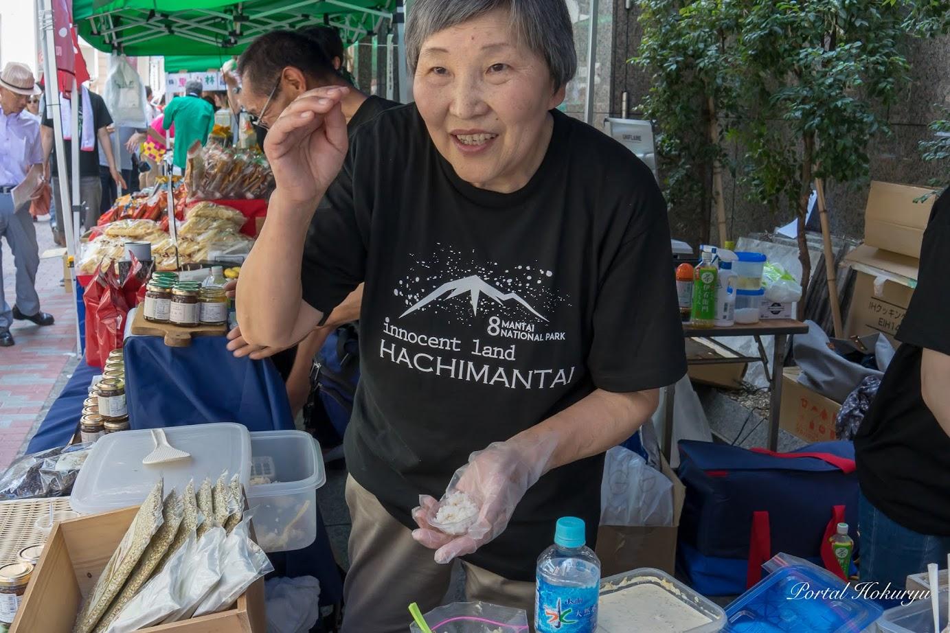 八幡平「浅沢蕎麦の会」のお母さん・佐藤ひとみさんが作るそばの実入りご飯が絶品!