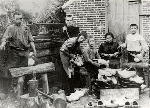 Photo: 1915 weduwe Maes-van de Broek en kinderen in Mastbosstraat