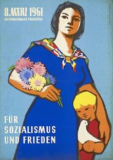 Plakat: Frau mit Blumenstrauß und Kind. «8. März 1961Internationaler Frauentag», «Für Sozialismus und Frieden».