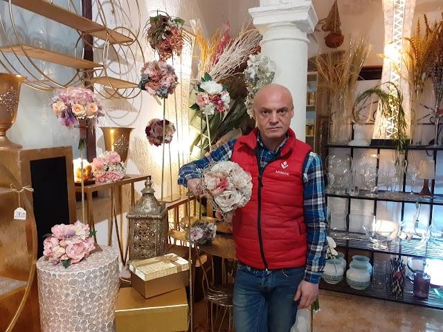 Paco Valdivia en su establecimiento, Azabache Arte Floral.