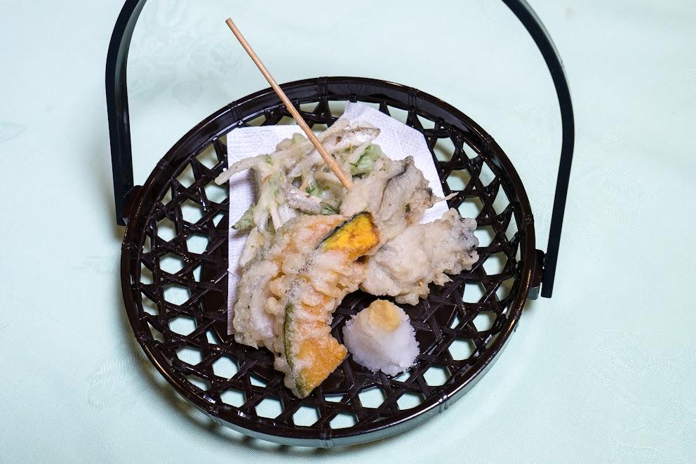 7.揚げ物:公魚(網走産)と春菊、馬鈴薯の掻き揚げ、牡蠣串打ち天、野菜天(南瓜)