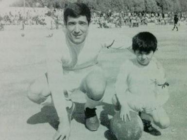 Juan Pardo 'Goros', en el campo de Las Chocillas con su hijo en 1971.
