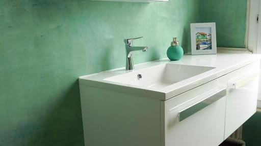 Mur de salle de bain réalisé en enduit décoratif en béton ciré turquoise