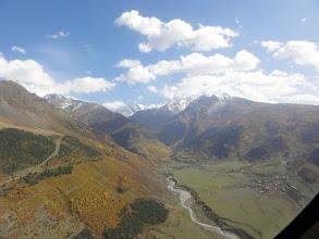 Photo: Widok ku wschodowi. Od lewej: Tviberi (3541) wieńczący Grzbiet Nashkodra, Lialveri (4355) na granicy z Rosją, Grzbiet Lakchkhilda (w chmurach).  Wioski to: Chvabiarli, Tsaldashi, Zhabeshi.