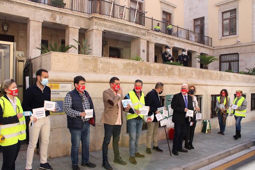 Integrantes de la Junta Directiva de Ashal ante la Subdelegación del Gobierno.