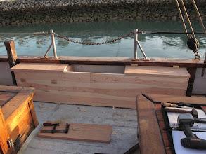 Photo: Et les coffres-bancs sont présentés à bord, apéro plus confortable et moins de bazar sur le pont !