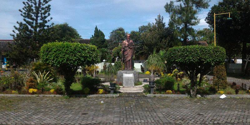 Patung Santo Paulus yang berada di depan Gereja Katolik Santo Paulus Pringgolayan