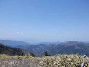 右に朝日山、左奥に薄っすらと恵那山