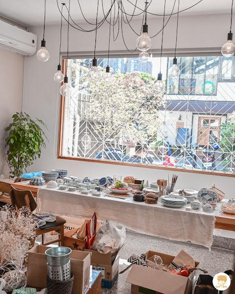 . 📍 小野食堂 | 台中西區 在精誠五街的路上有很多看起來很美的餐廳,這次來的是日式餐點的小野食堂,樓下似乎是要賣餐具但還沒開放(圖8),樓上則是用餐區,總桌數不算多,但是位子都很寬敞不會感到擁擠