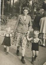 Photo: Triintje Rozema, dochter Geesje en zoon Sjoerd. ca. 1950