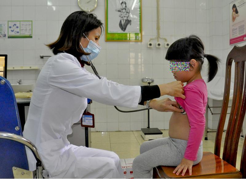 Mùa đông xuân, các bệnh cúm dễ bùng phát (trong ảnh; Khám bệnh cho trẻ tại Bệnh viện Đa khoa tỉnh)