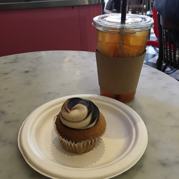 I had a delicious GF cupcake (banana cake with peanut butter and chocolate frosting). The cake was super fresh and delicious. Highly recommend!