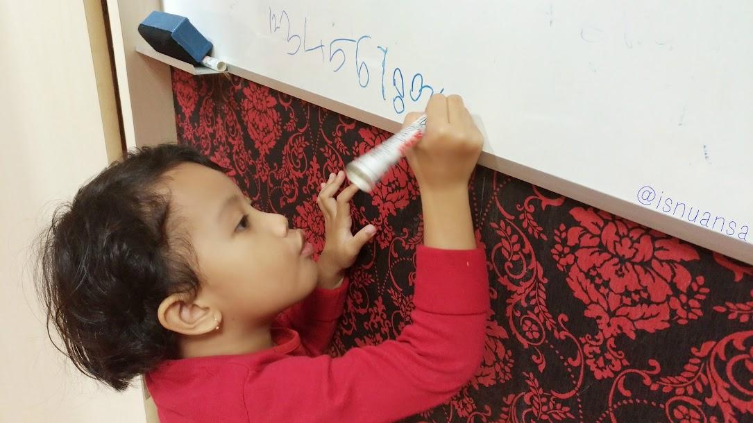 Diana belajar menulis
