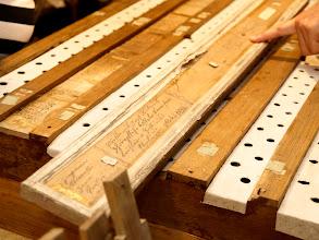 Photo: Na některých částech varhan jsou různé zápisy o dřívějších opravách a úpravách.