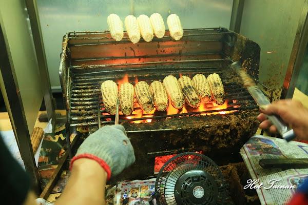 一定要排隊的銅板美食!渾厚烤工炭香味十足的阿婆烤玉米