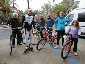 Photo: Départ du parking en bord de plage de San Remo dimanche matin vers 9h30 ; de gauche à droite : Gilles, Charles, Marie-Jo, Brigitte, Henri, Brigitte, Maelle.