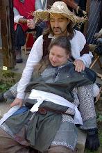 Photo: Ein verwundeter Soldat in den Armen von Heinrich.