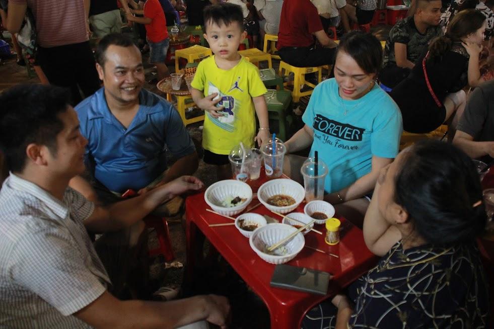 Phố đêm là dịp để các gia đình nhỏ thưởng thức các món ăn ngon