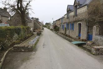 Photo: Bachlauf rechts und links vor dem Haus in Vauville