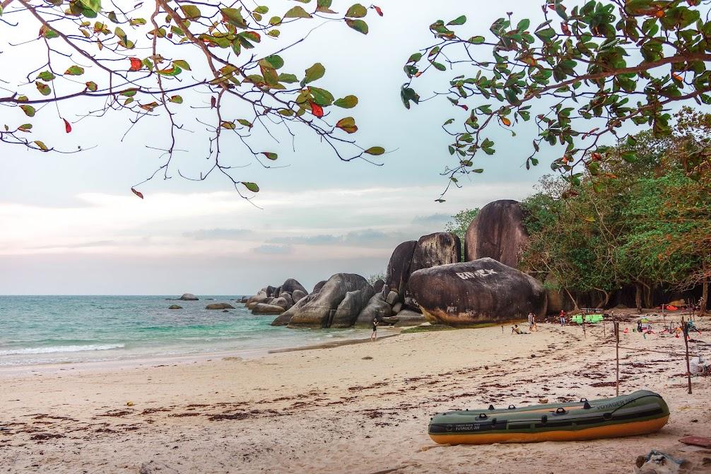 Pantai Tanjung Tinggi Belitung