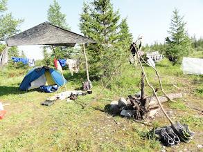 Photo: Стоянка за Харпом, дождь, палатку ставим под тентом.