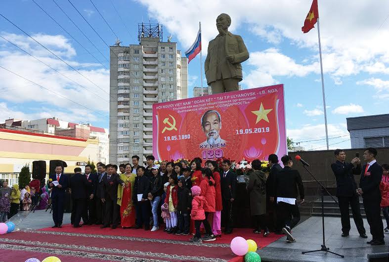 Lễ kỉ niệm 129 năm ngày sinh Chủ tịch Hồ Chí Minh tại Quảng trường Chủ tịch Hồ Chí Minh ở thành phố U-li-a-nốp