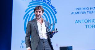 Antonio de la Torre muestra emocionado el premio honorífico de Fical.