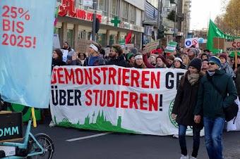 Demonstrant:innen, Transparent: «Demonstrieren geht über studieren!».