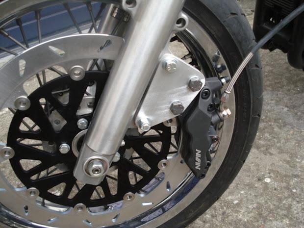 Adaptation par Machines et Moteurs d'un étrier de frein avant Nissin 6 piston sur une Harley-Davidson Sportster.