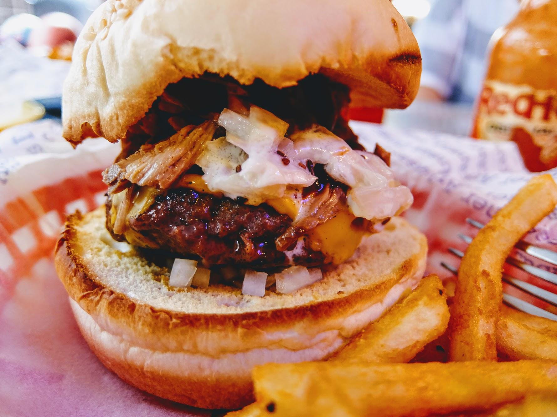 牛肉漢堡排部分沒有過多肥筋,也不會太油膩,上頭的豬肉絲加上烤肉醬非常搭配,好吃啊! 漢堡部分很酥脆很酥脆,扎實口感喔