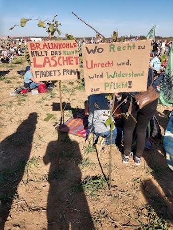 Zwei handgemalte Schilder. «Braunkohle killt das Klima, Laschet findet's prima», «Wo Recht zu Unrecht wird, wird Widerstand zur Pflicht».