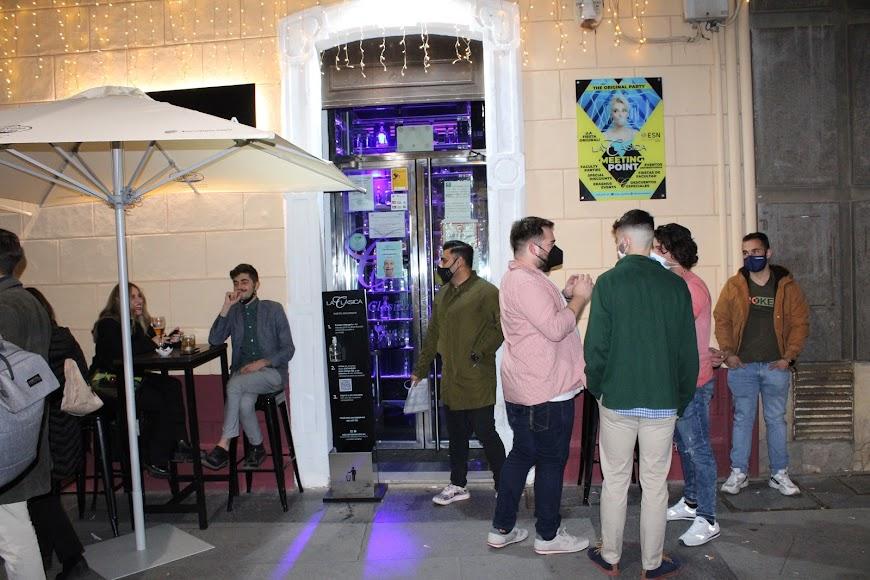La primera tarde-noche en la terraza del pub La Clásica.
