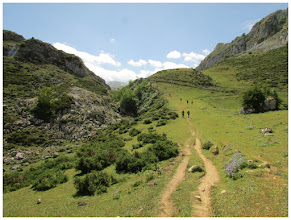 Photo: Avanzamos a un muy buen ritmo. Cada uno utiliza los senderos que le resulten más propicios. Arriba, el Cdo. La Prida.