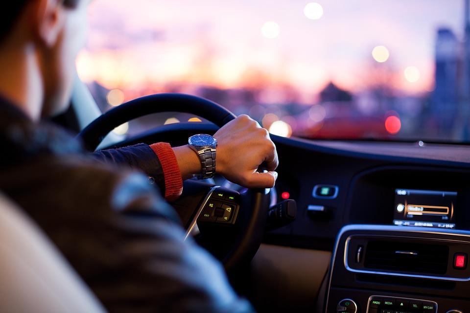 Rijdende auto met autoradio aan