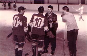 Photo: 1960: Hans Kasper, Reinhard Zeiler, Trainer McCraig und Bernd Jacob (letzterer 2009 verstorben)