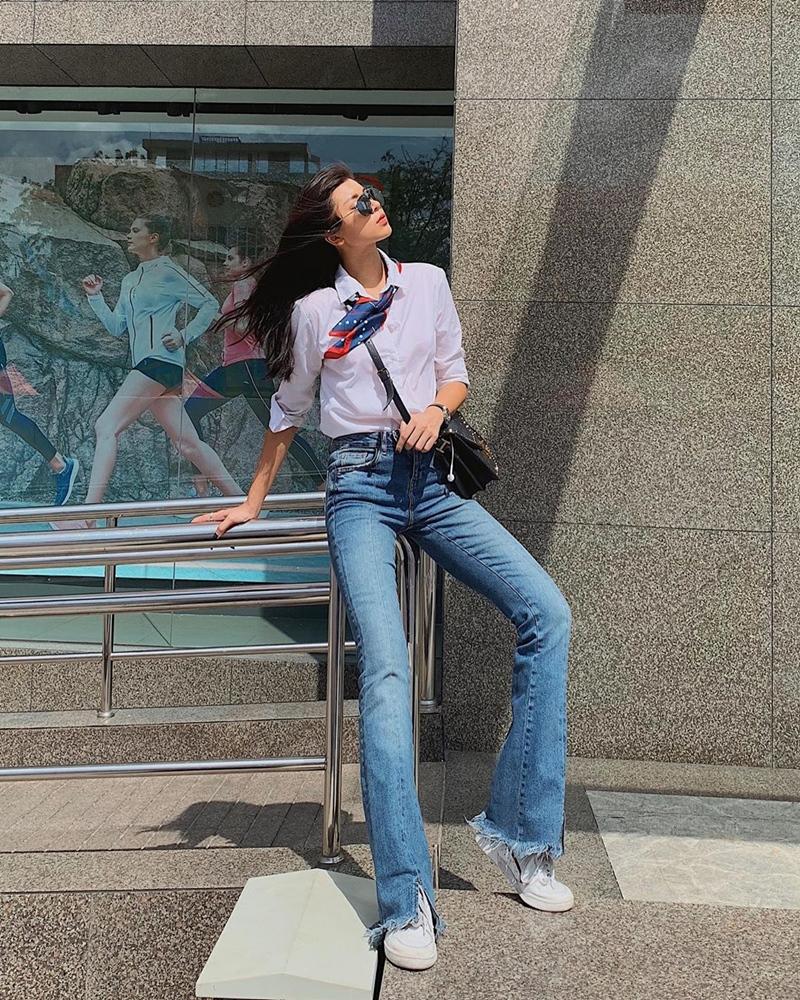 Mix áo sơ mi với quần jeans năng động và cá tính