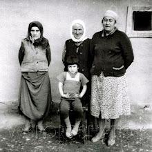 Photo: Слева бабушка, в центре сидит Сацита Саламова, справа ее мама Аружа Саламова