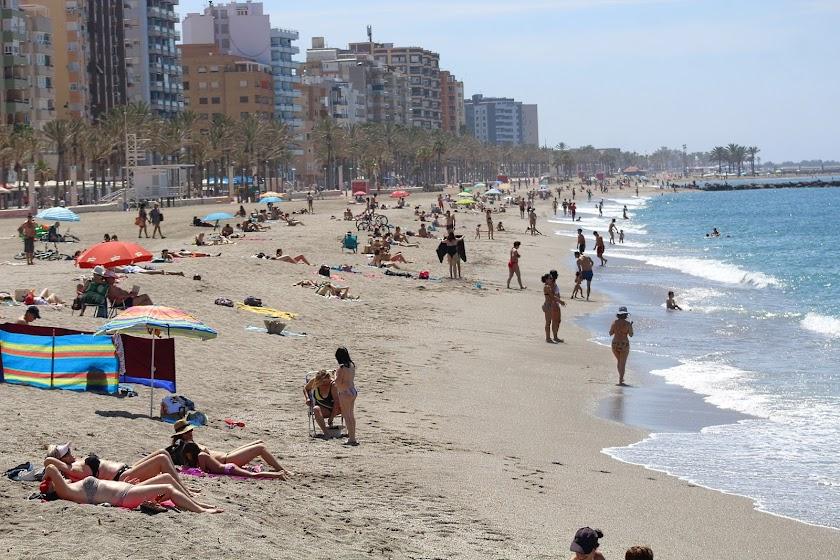 Decenas de bañistas en el primer día de playa en Almería