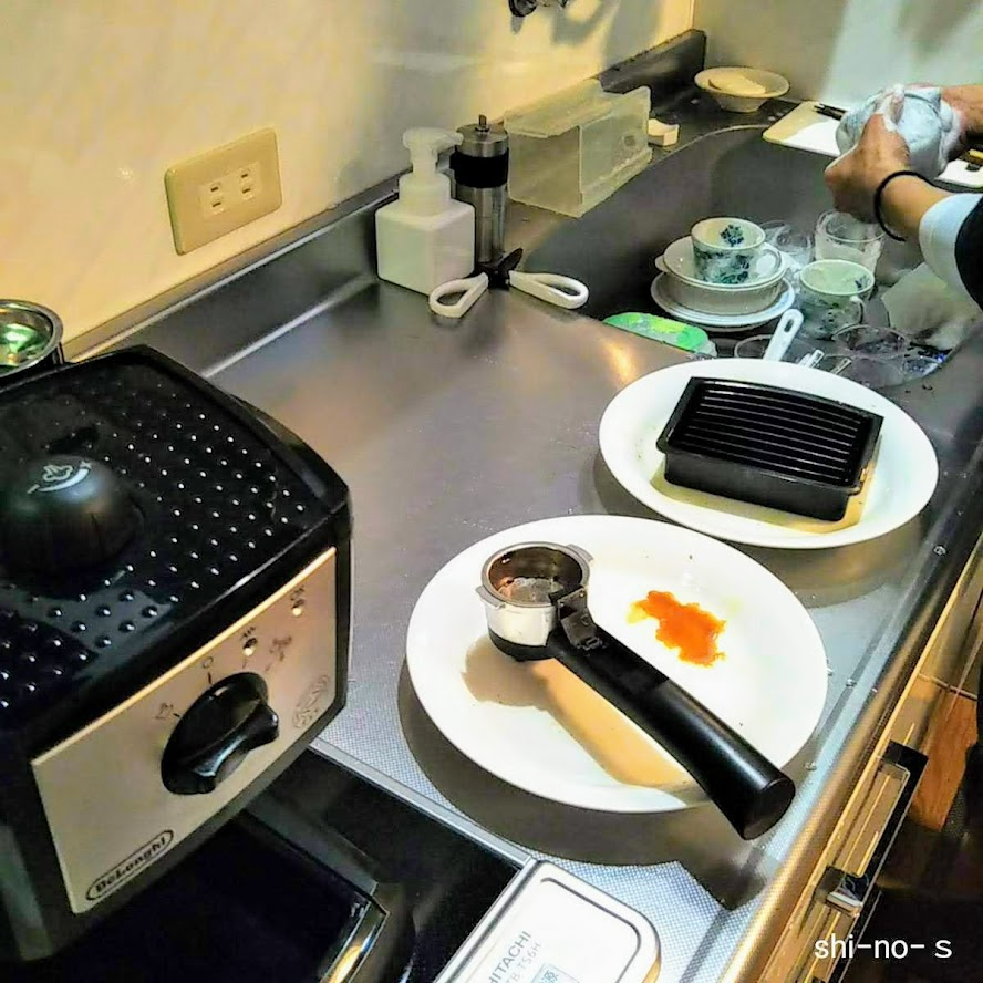 キッチンの食器洗いの様子