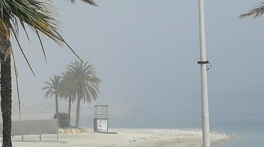 Una densa niebla se instala en las costas del Levante