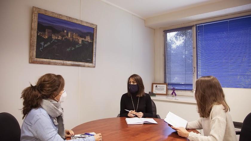 Carmen Belén López en una reunión de trabajo.