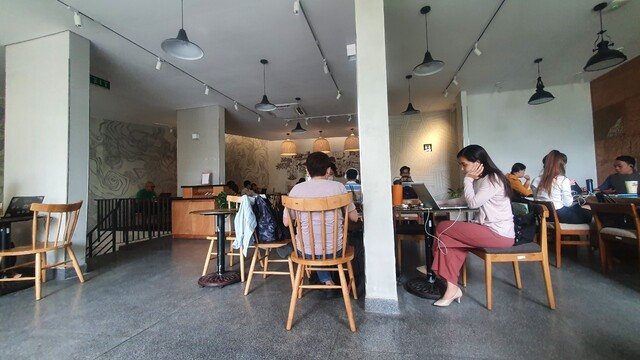Làm việc nhóm tại quán cafe văn phòng