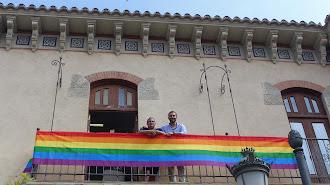 El presidente de Colega y el alcalde junto a la bandera arcoíris, símbolo del orgullo LGBT, que ondea en la sede de Alcaldía.