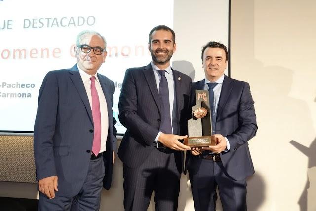 Domene recibe el premio de manos del alcalde de Almería y en presencia del primer presidente del PITA, Alfredo Sánchez, que lo presentó