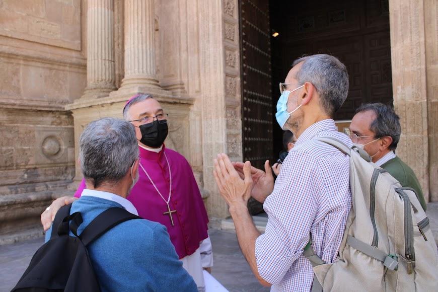 La Comunidad de Jesuitas de Almería saludando al nuevo obispo.