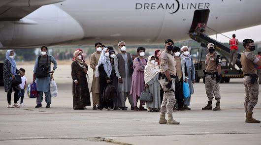 Ciudadanos afganos, entre ellos un niño, se refugian en Almería