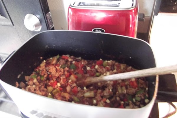 Put turkey, onion and garlic into crockpot.  Stir in bell  peppers, celery,...